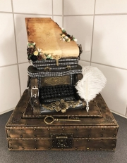 Skrivemaskin/sjokoladeeske laget av Liselott, Sverige